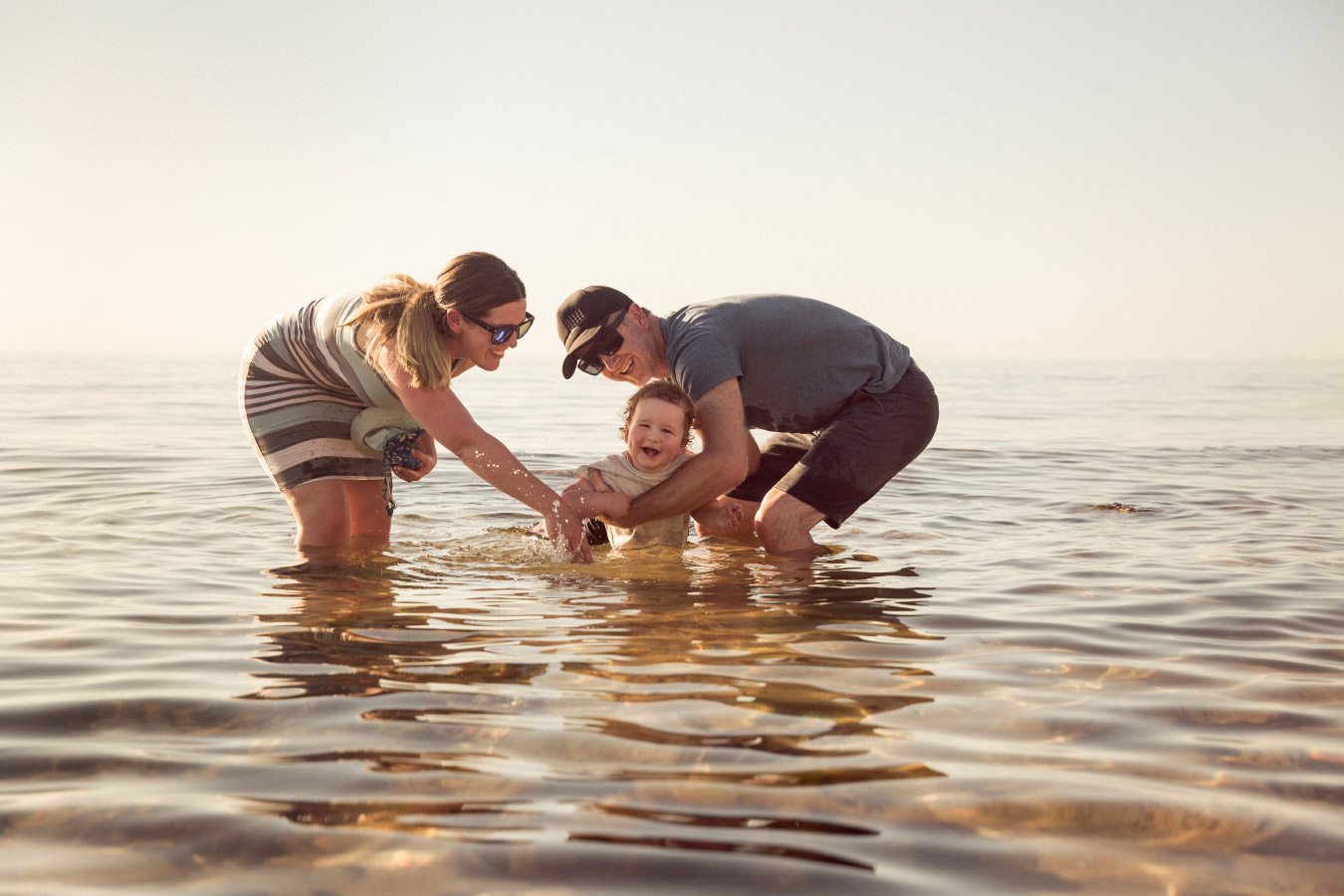 extended-family-photographer-water-connection-beach-mornington-peninsula