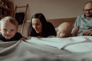 newborn-family-photography-home-relaxed-16