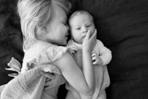 newborn-sibling-home-photographer-bw
